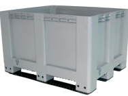 Fish tanks, pallet fish storage containers, bath basins in carp shop