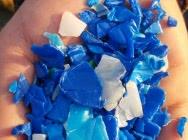 Przemiał niebieski z kanistrów HDPE