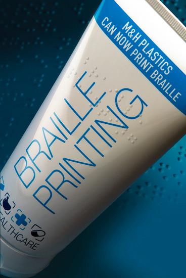 Opakowanie firmy M&H Plastics z opisem w języku Braille`a