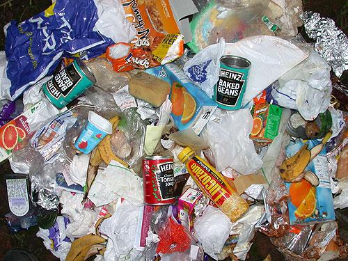 foliowe torebki na wysypisku śmieci