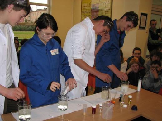 doświadczenie wykonywane w ramach zajęć odbywających się w ChemiParku Technologicznym w Brzegu Dolnym