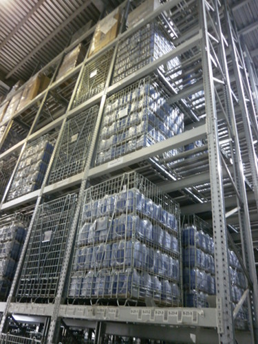 Storage of goods in Elkom Trade containers on high storage systems.