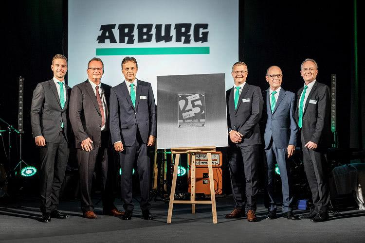 Dyrektor Zarządzający Michael Hehl (drugi z lewej) jego syn Philipp (z lewej), Dyrektor Zarządzający Gerhard Böhm (trzecia z prawej), Dyrektor Zarządzający Arburg Polska Dr Sławomir Śniady (trzeci z lewej) oraz jego przedstawiciel Marek Zembrzuski (drugi z prawej), a także Stephan Doehler, dyrektor ds. sprzedaży w Europie.