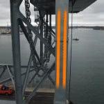 Łatwe podniesienie ciężkiego mostu dzięki bezpiecznemu zasilaniu igus