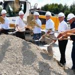 Gemeinsam mit Vertretern von Gemeinde, Landkreis und Baufirmen wird erster Spatenstich für Neubau gesetzt