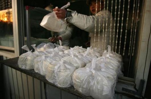 Foliówki z tworzyw sztucznych wyrzucane na ulice Pekinu