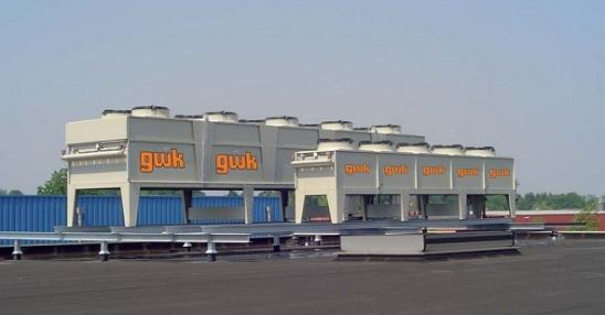 W firmie Euro Mouldings olej opływający hydraulikę chłodzony jest wodą o temperaturze 32 st. C. Na dachu fabryki pracuje chłodnica zewnętrzna o mocy 150 kW oraz kombinacja kondensator-chłodnica o mocy 360 kW