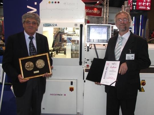 Zenon Narojek, prezez firmy Wadim Plast oraz Michael Kleinebrahm z firmy Dr. Boy z medalem targów Plastpol