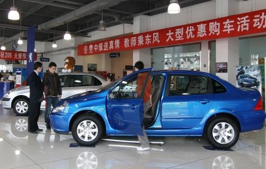 Czterodrzwiowy samochód Dongfeng Peugeot 307 o nadwoziu sedan