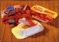 """Zakłady RPC Bebo Plastik opracowały pomysłowy pojemnik do podgrzewania w kuchence mikrofalowej, z wygodnym widelczykiem umieszczonym we wgłębieniu w denku opakowania. Nowy projekt stworzono ze względu na rosnącą popularność gotowych dań i przekąsek w uniwersalnych opakowaniach umożliwiających spożywanie posiłków """"w biegu""""."""