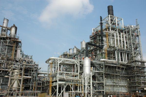 Fabryka poliolefin w Azji, w której powstaje surowiec do produkcji opakowań z polietylenu