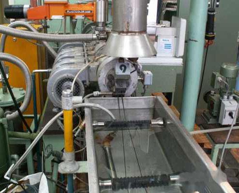Instytut Chemii Przemysłowej w Warszawie opracował i wdraża nową technologię otrzymywania tworzyw konstrukcyjnych z butelek PET w procesie wytłaczania reaktywnego.