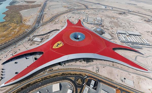 Dach nad pierwszym na świecie Parkiem Tematycznym Ferrari, w Abu Dhabi, na wyspie Ya