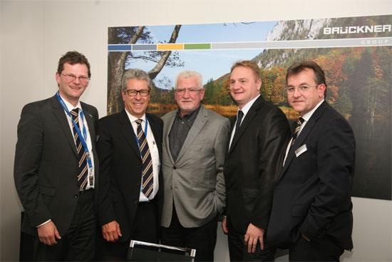Na zdjęciu, od lewej do prawej: Reinhard Priller (Senior Sales Manager Brückner Maschinenbau); Ludwig Eckart (COO Brückner Maschinenbau); Zdzislaw Gąsior (właściciel firmy Gąsior, głównego udziałowca Flexpolu.), Grzegorz Szpaczko (dyrektor Flexpolu); Karl Zimmermann (Sales Director Brückner Maschinenbau).