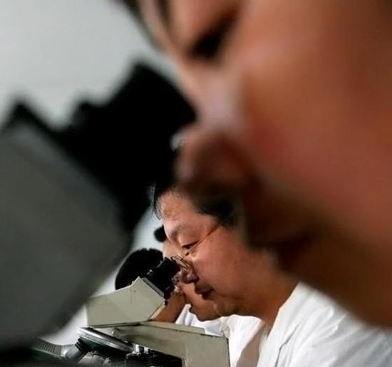 Nie tylko tworzywa sztuczne, ale także żywice epoksydowe są w stanie samoczynnie się naprawiać. Tego typu surowiec opracowali właśnie naukowcy z chińskiego uniwersytetu w Zhongshan.