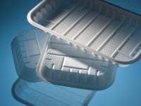 Spienione tacki do pakowania żywności wykonane z polipropylenu Higran RS 1684. Gęstość materiału 0,5 kg/m3, produkcja na konwencjonalnej linii do przetwarzania polipropylenu.